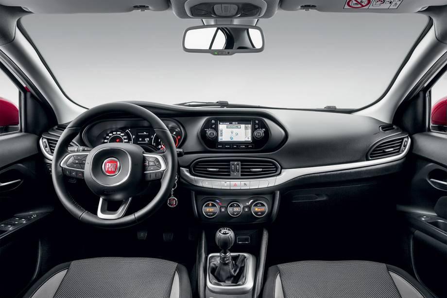 Componentes como volante e botões do ar-condicionado são iguais aos do Jeep Renegade.