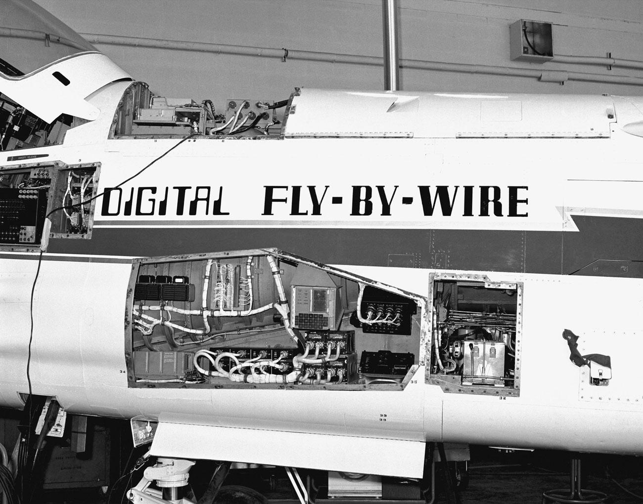 Módulos de controle do primeiro avião equipado com FBW digital