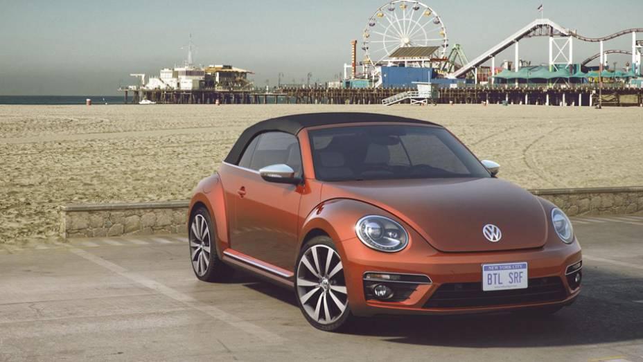 """VW preparou duas opções conversíveis, uma laranja com rodas de 19 polegadas Tornado e acabamento em madeira   <a href=""""http://quatrorodas.abril.com.br/noticias/saloes/new-york-2015/volkswagen-mostra-quatro-conceitos-beetle-nova-york-852330.shtml"""" target=""""_blank"""" rel=""""migration""""></a>"""
