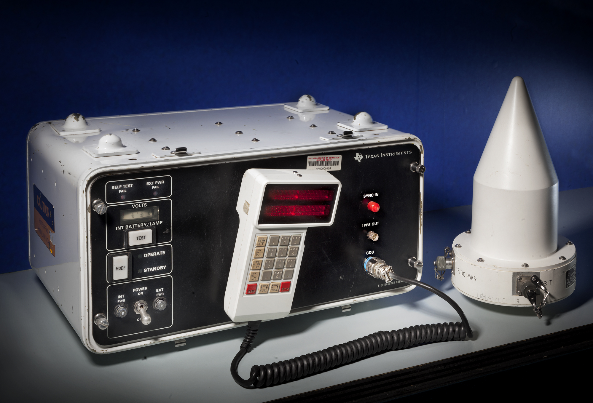 Um dos primeiros (e enormes) receptores de GPS fabricados nos EUA
