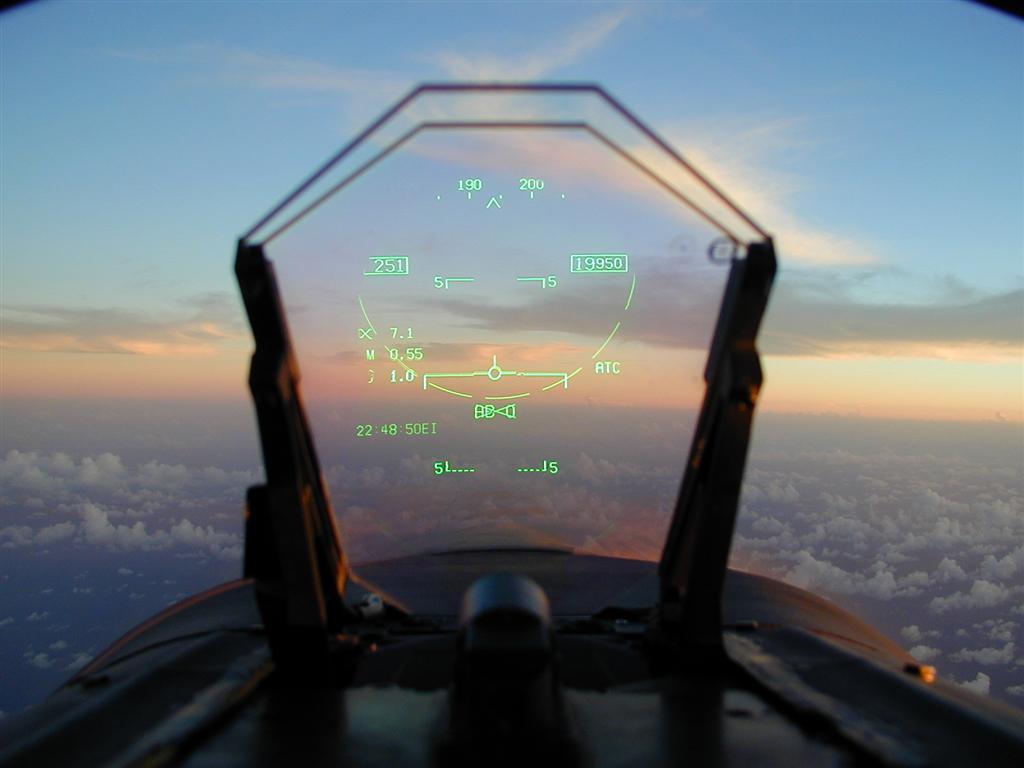 O HUD (Head-up Display) de um caça mostra dados de voo, navegação, busca de alvos e seleção de armas