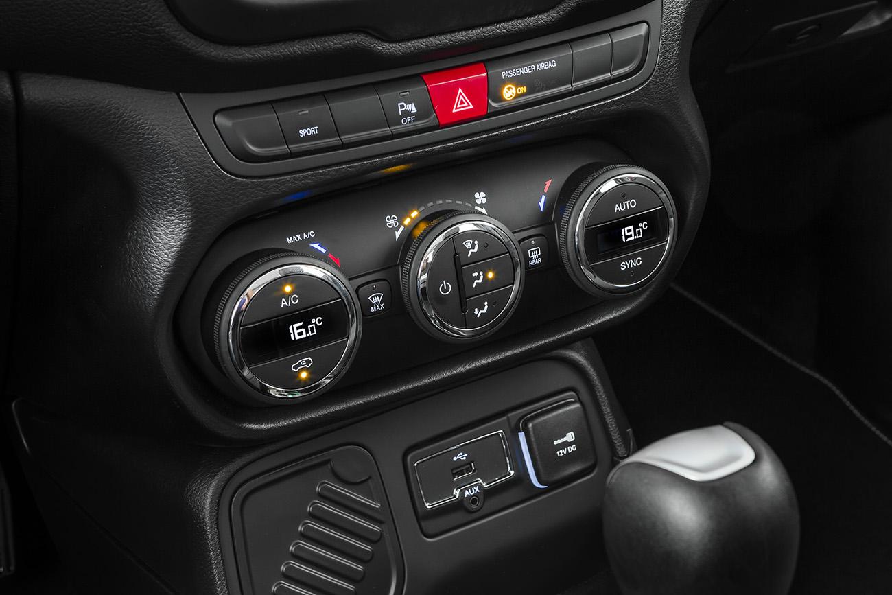 Botão da nova função Sport fica acima dos controles do ar-condicionado