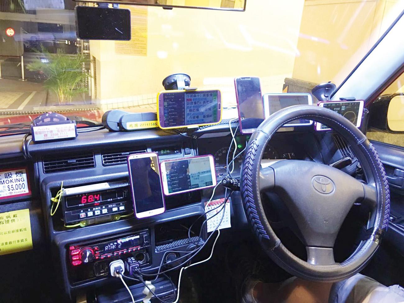 Imagine o trabalho que o motorista deste táxi em Hong Kong vai ter para descobrir qual celular está tocando...