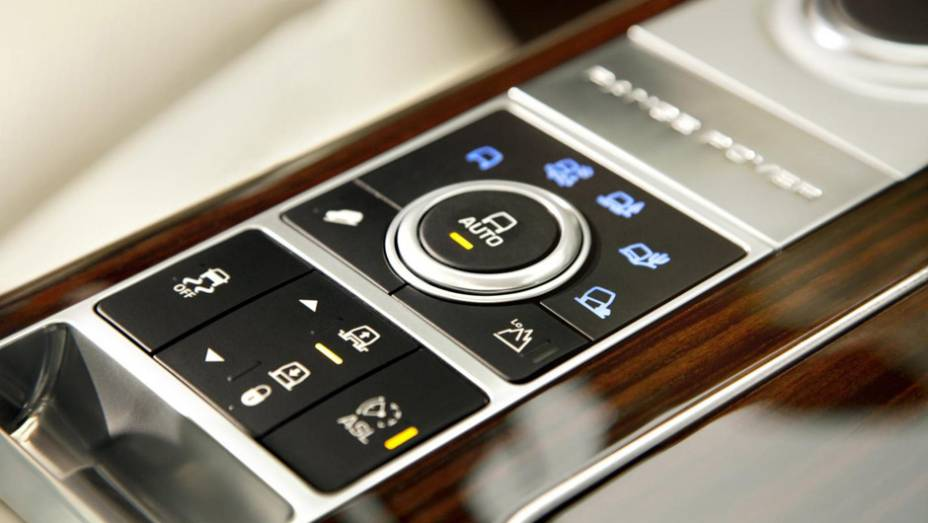 """Sistema Terrain Response 2 ajusta os controles eletrônicos do SUV de acordo com o piso   <a href=""""http://quatrorodas.abril.com.br/saloes/paris/2012/range-rover-702581.shtml"""" rel=""""migration"""">Leia mais</a>"""