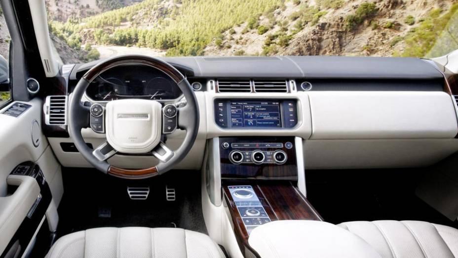 """Luxuoso interior comporta somente quatro ocupantes   <a href=""""http://quatrorodas.abril.com.br/saloes/paris/2012/range-rover-702581.shtml"""" rel=""""migration"""">Leia mais</a>"""
