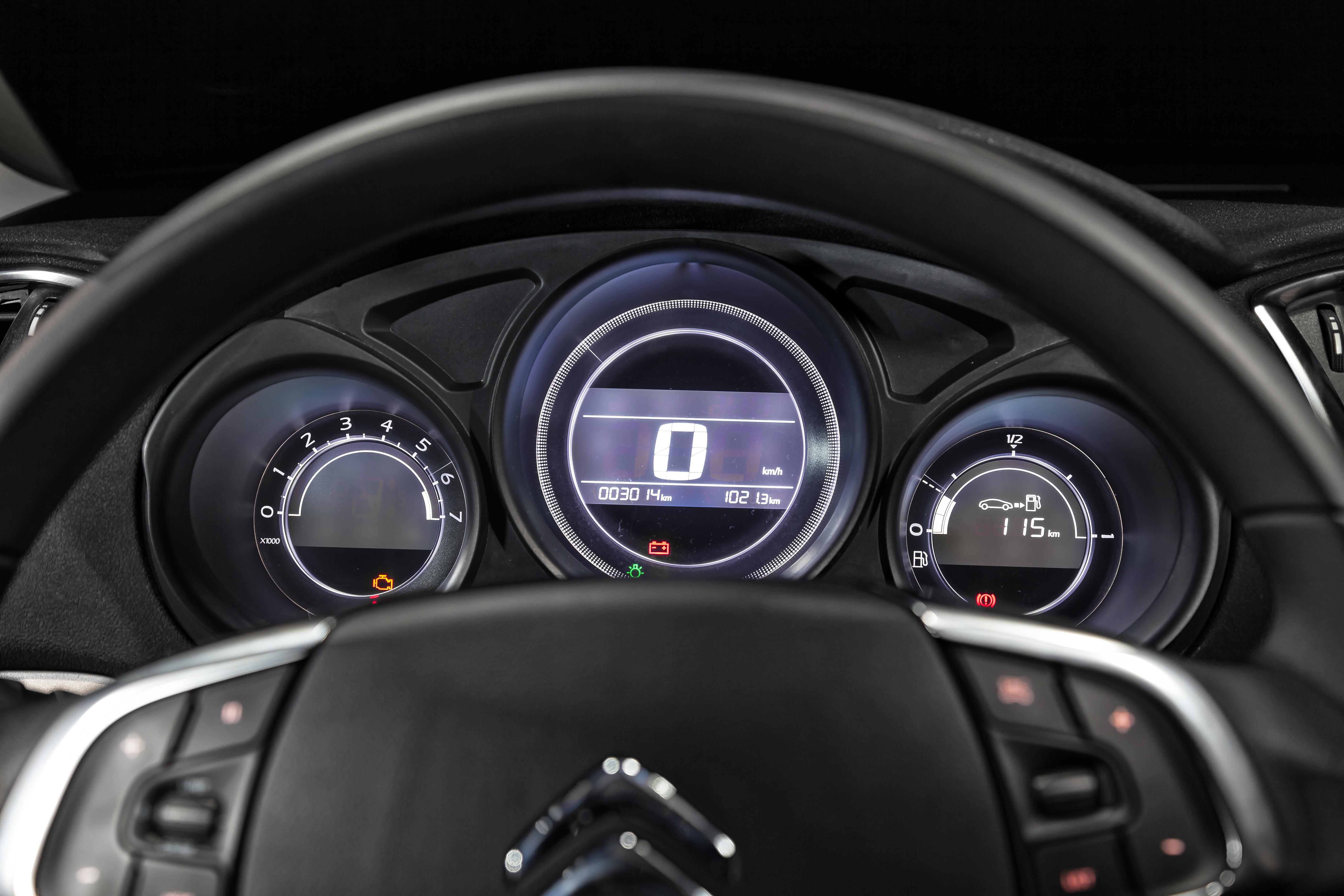 Quadro de instrumentos tem velocímetro digital e dispensa o marcador de temperatura do motor