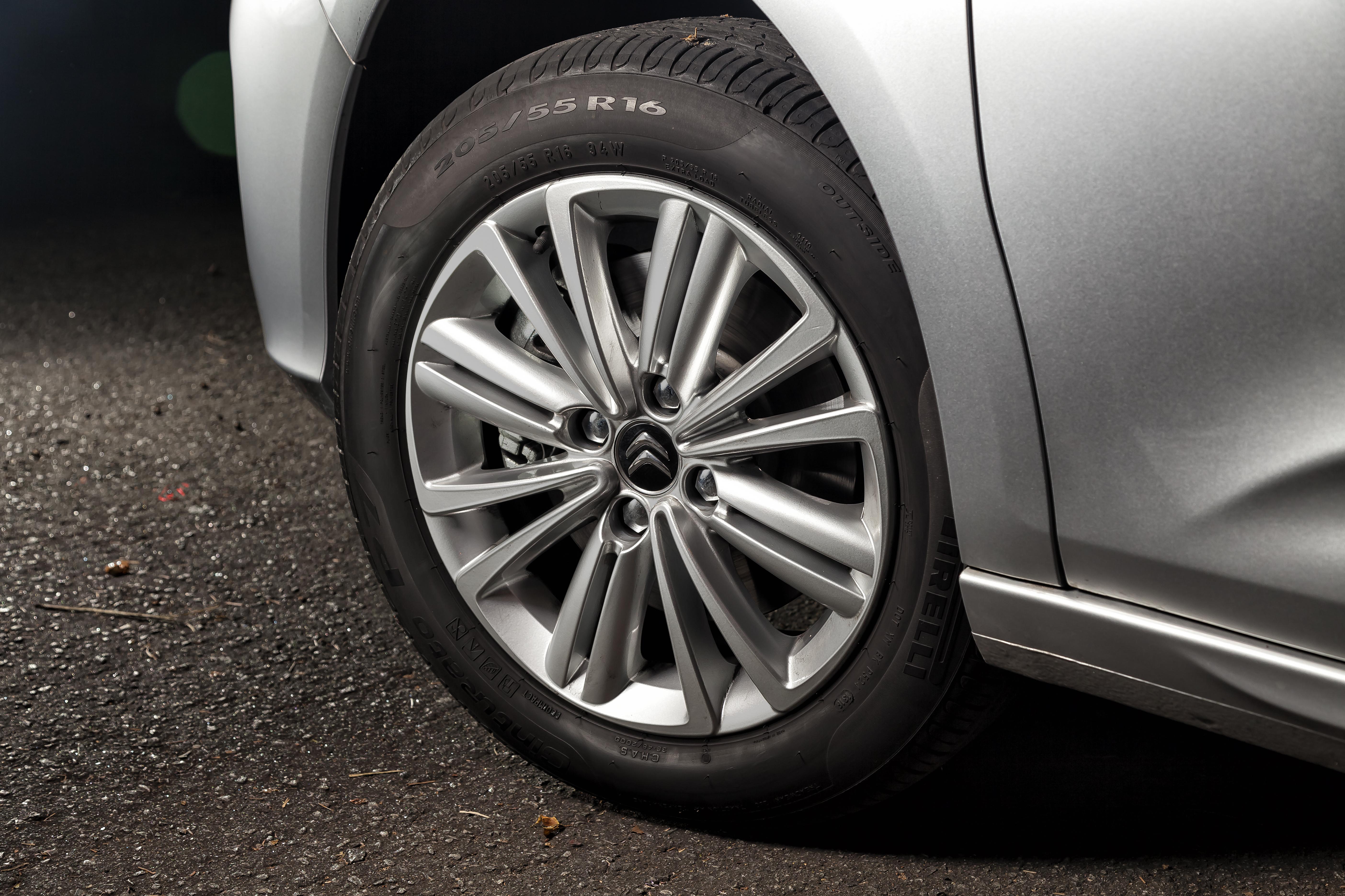Rodas da versão Origine têm 16 polegadas e são calçadas com pneus de perfil mais alto