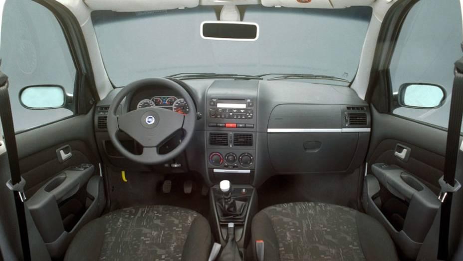 O interior mudou, mas a disposição dos comandos e a posição de dirigir eram as mesmas