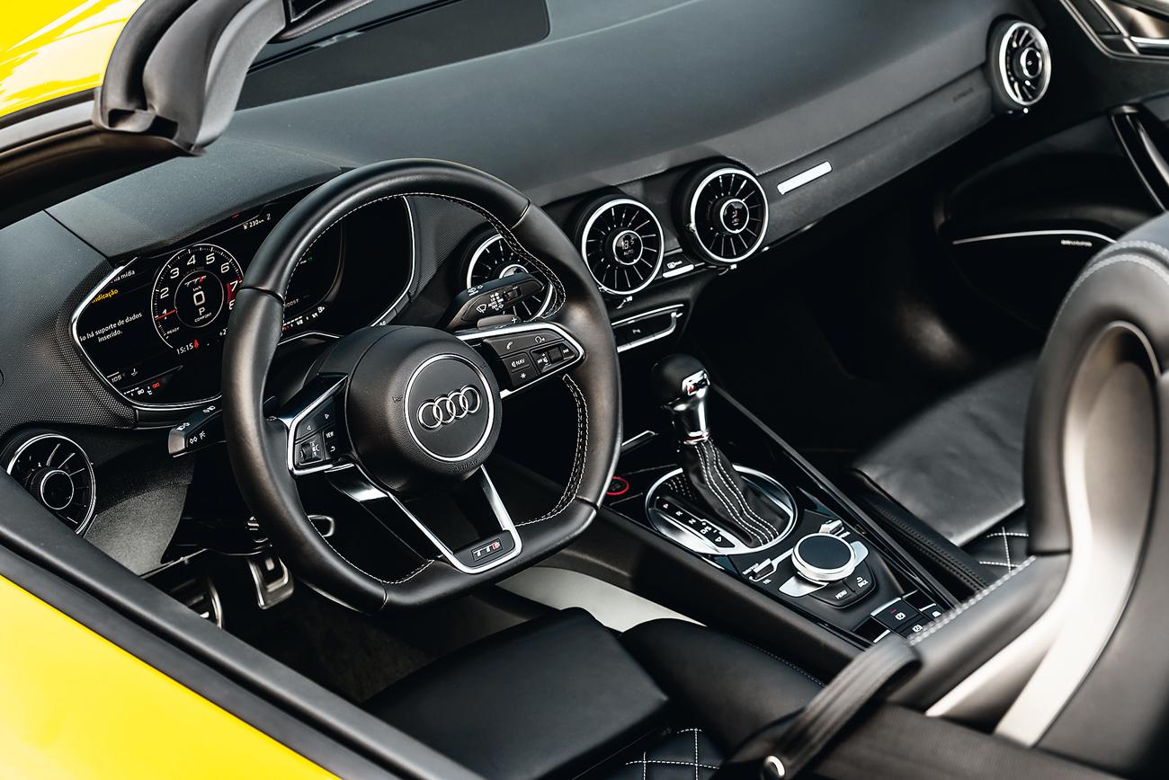 O motorista fica de cara com um quadro instrumentos de alta resolução totalmente digital e configurável