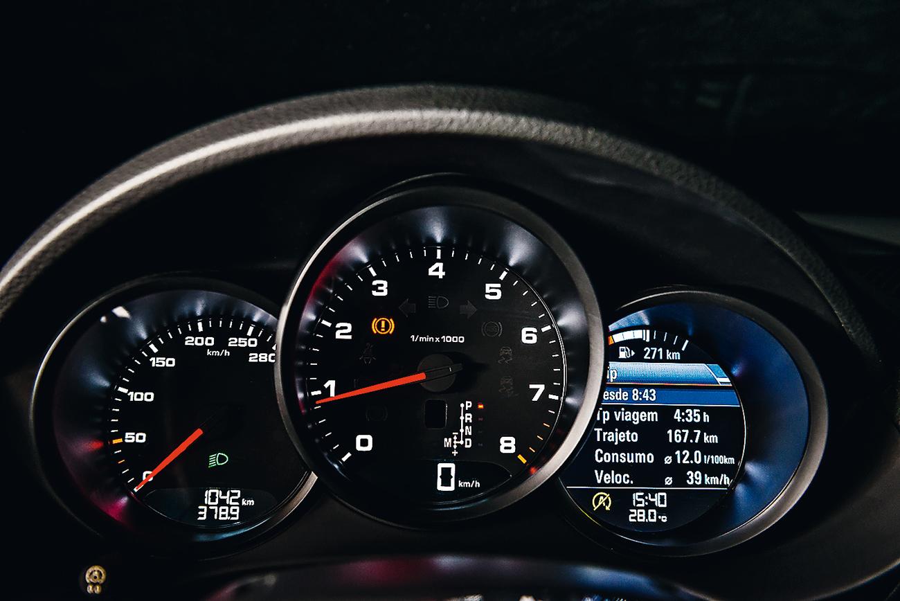 Conta-giros destacado e relógios analógicos: tradições da Porsche