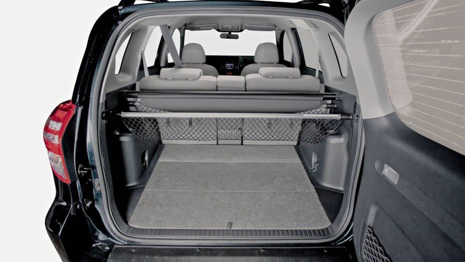 Porta-malas do Toyota aparenta ser o maior de todos, com espaço cob o assoalho, mas números não confirmam