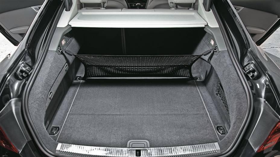 A tampa grande facilita o acesso ao porta-malas, com espaço para 535 litros