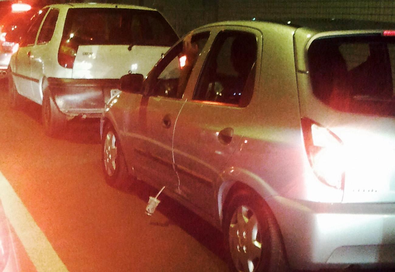 O motorista estava com tanta pressa de se livrar do copo que conseguiu a proeza de prender o canudinho na porta!