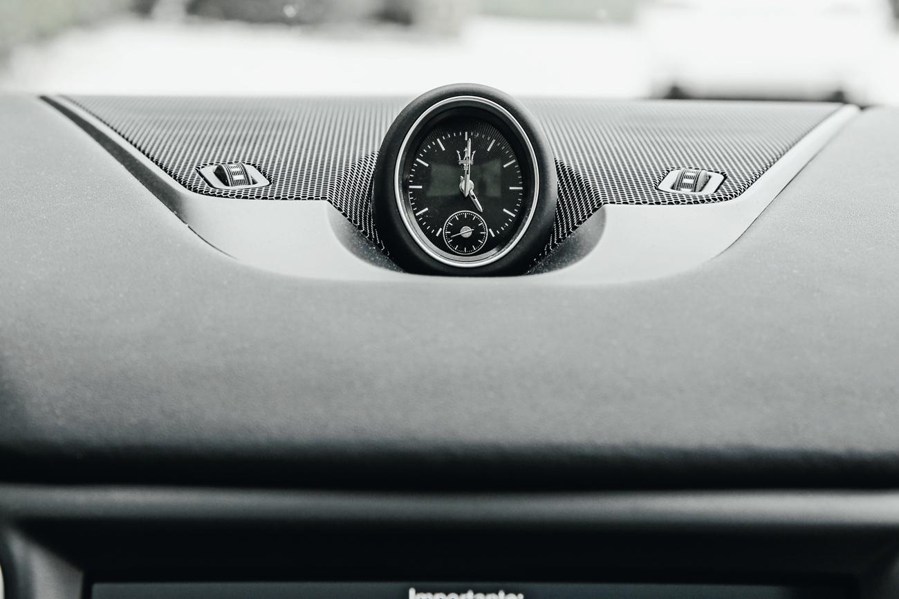 Relógio analógico no topo do painel é tradicional na marca