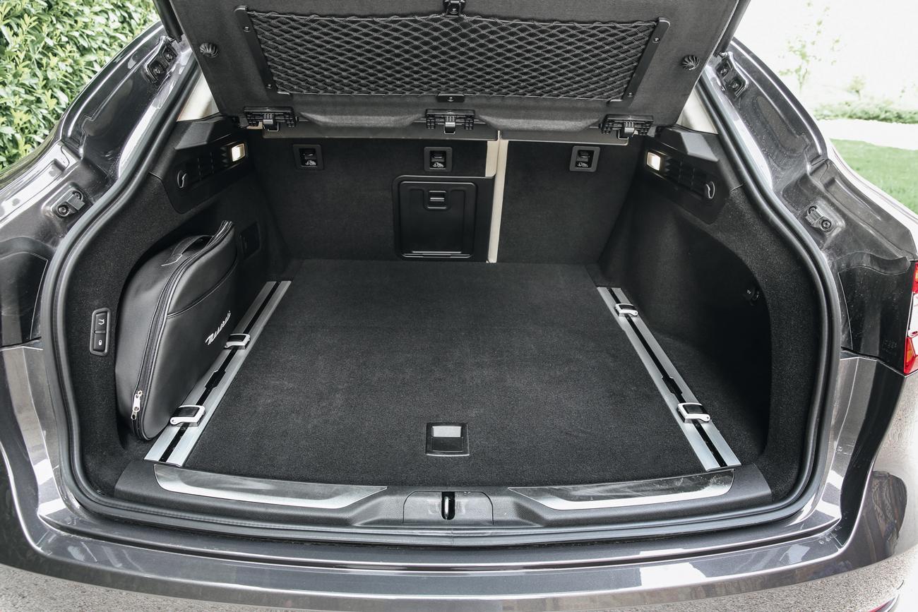 O porta-malas conta com 580 litros