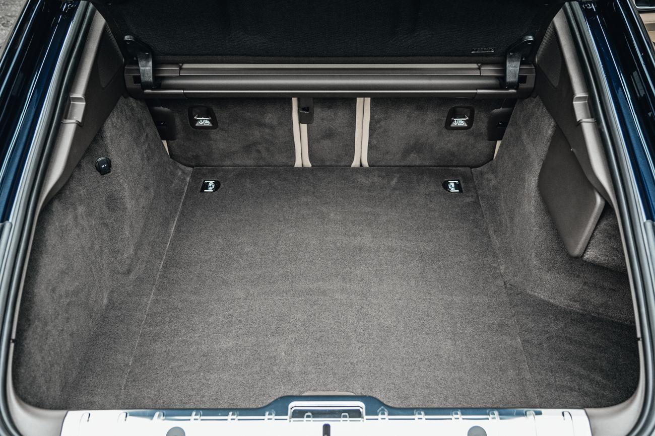 O porta-malas comporta até 495 litros