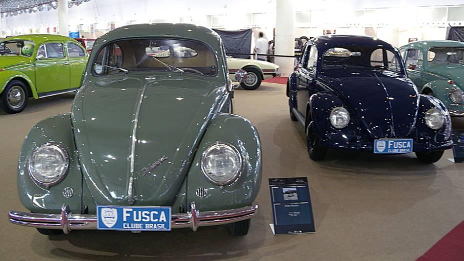VW Fusca Sedan Luxo 1950 (esq.) e VW Fusca Standard 1955 (dir.)