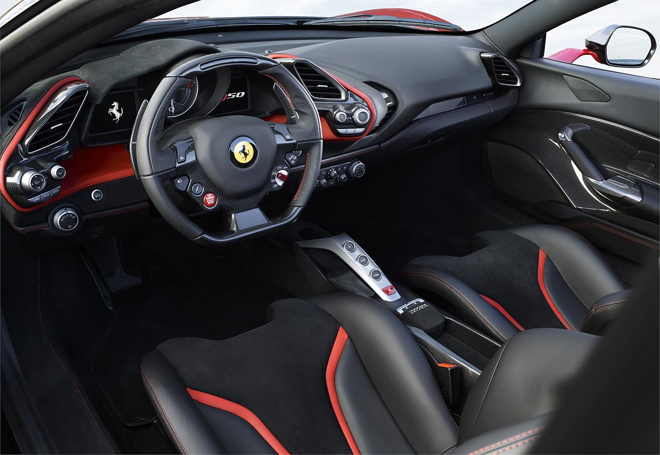 Cockpit é semelhante ao da Ferrari 488 GTB
