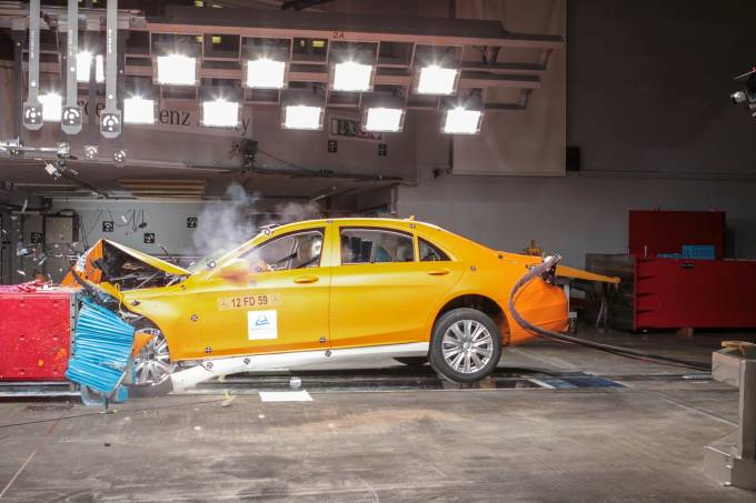 Crash-test com Mercedes Classe S blindado