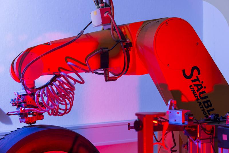 Robô esculpe pneus, substituindo o trabalho manual. Porém, requer um trabalhoso serviço de programação