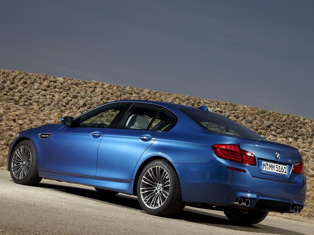 BMW M5 na posição 3x4 de traseira