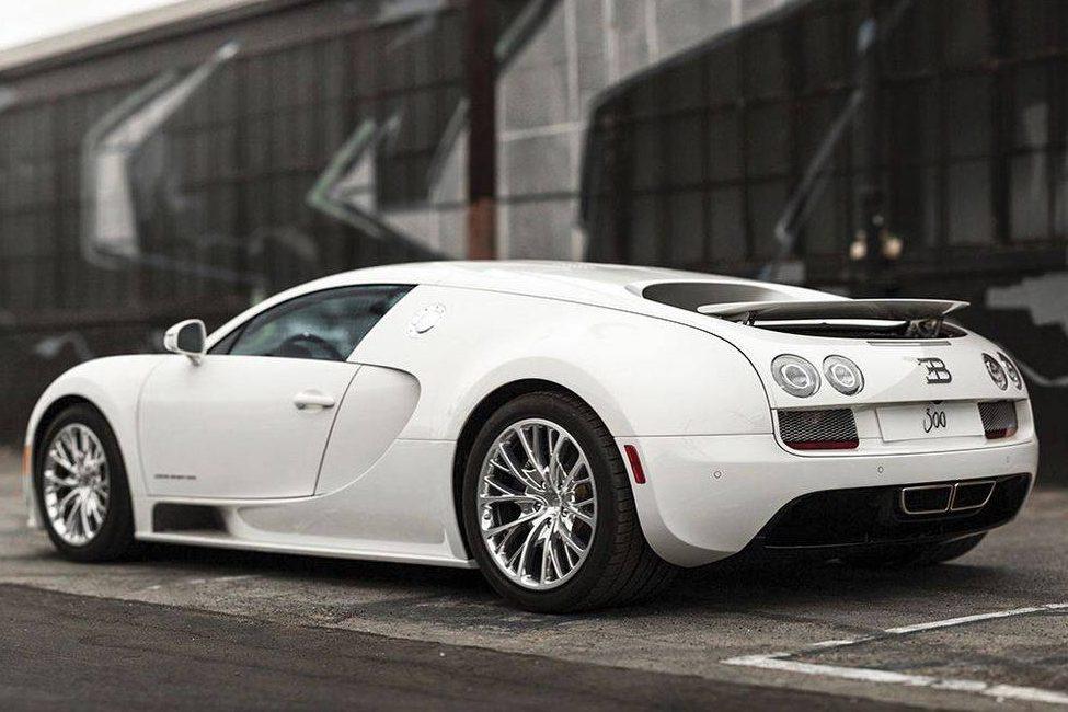 Bugatti Veyron Super Sport em posição 3x4 de traseira