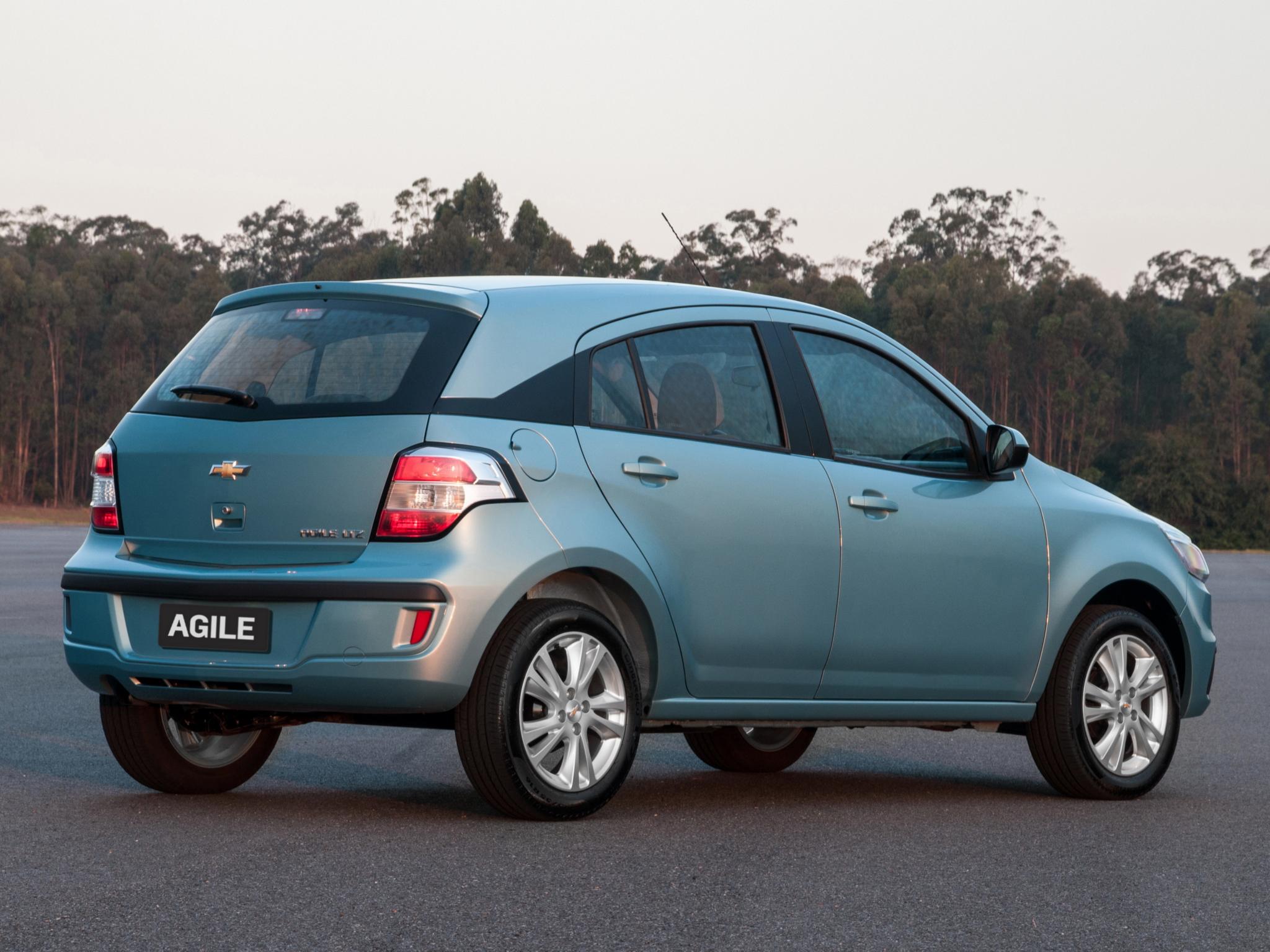 Chevrolet Agile em posição 3x4 de traseira