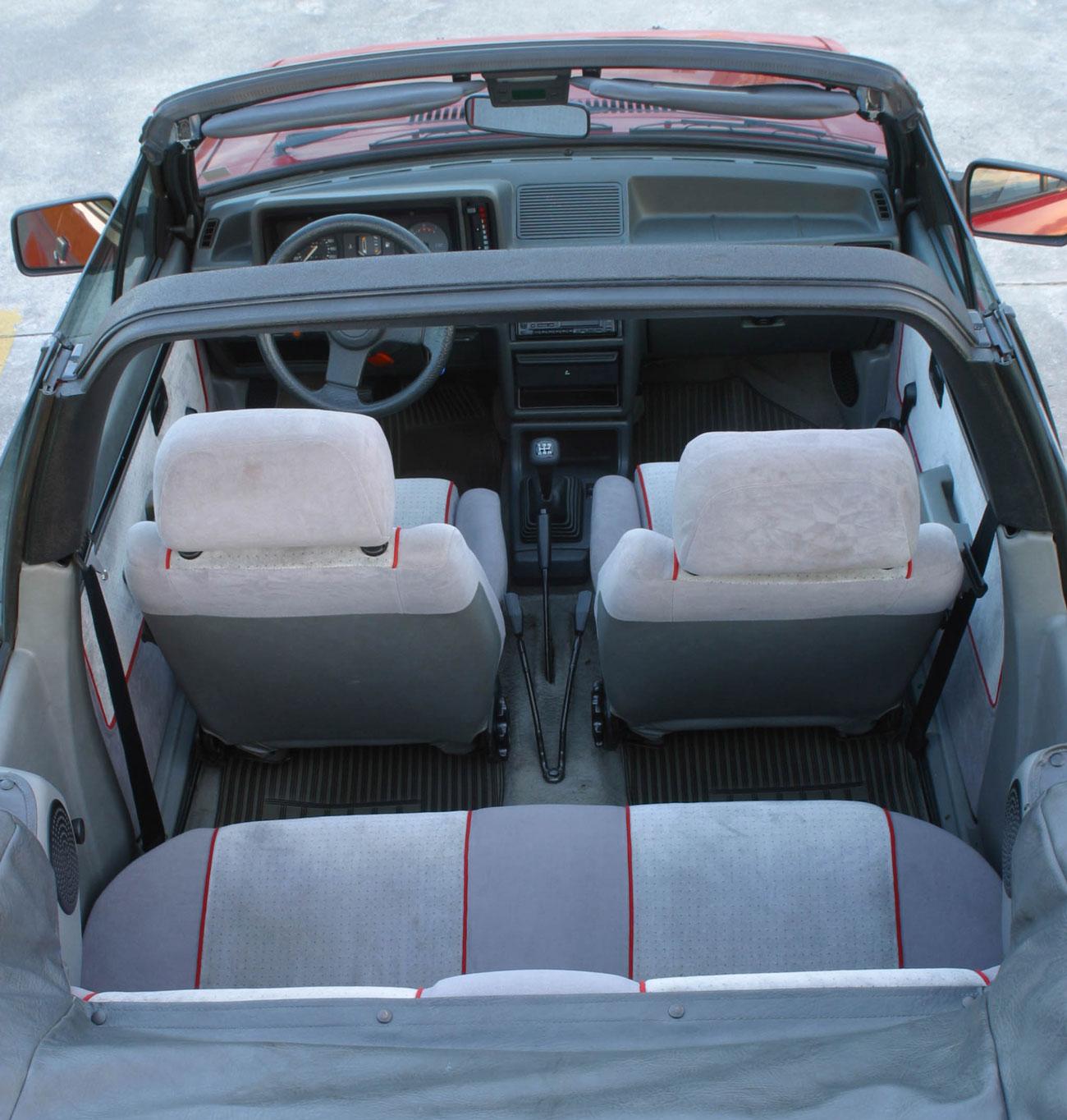 Para baixar a capota, basta soltar duas travas que ficam sobre as janelas do motorista