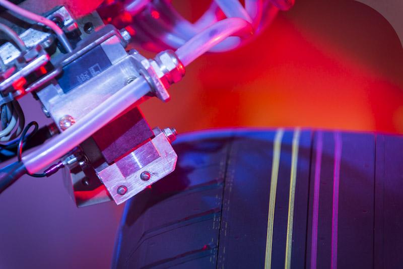 Robô esculpe pneu novo para testes de homologação do fabricante