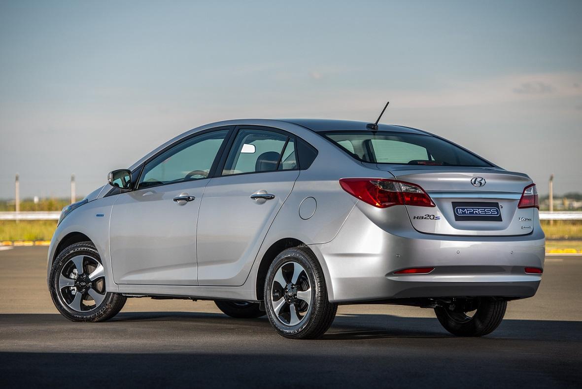 Hyundai HB20S em posição 3x4 de traseira