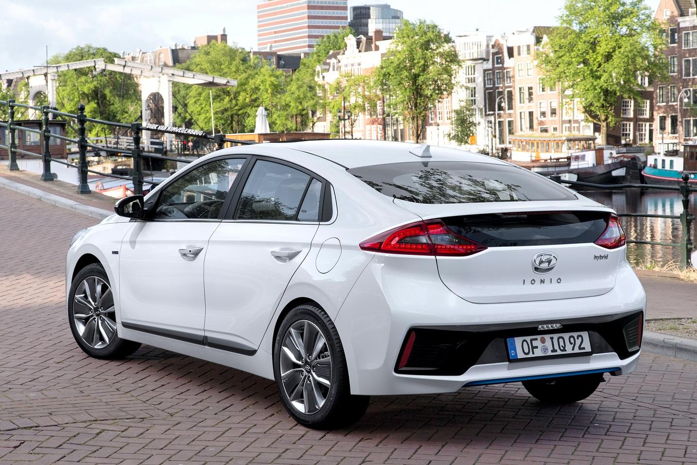 Hyundai Ioniq em posição 3x4 de traseira