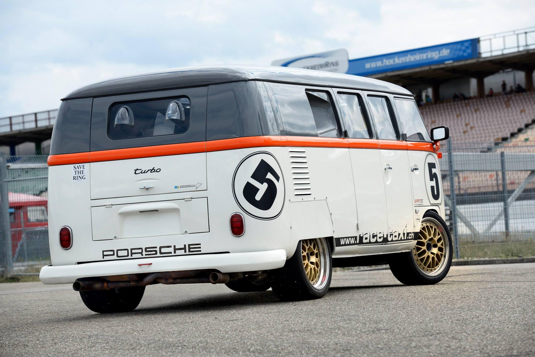Kombi Race Taxi em posição 3x4 de traseira