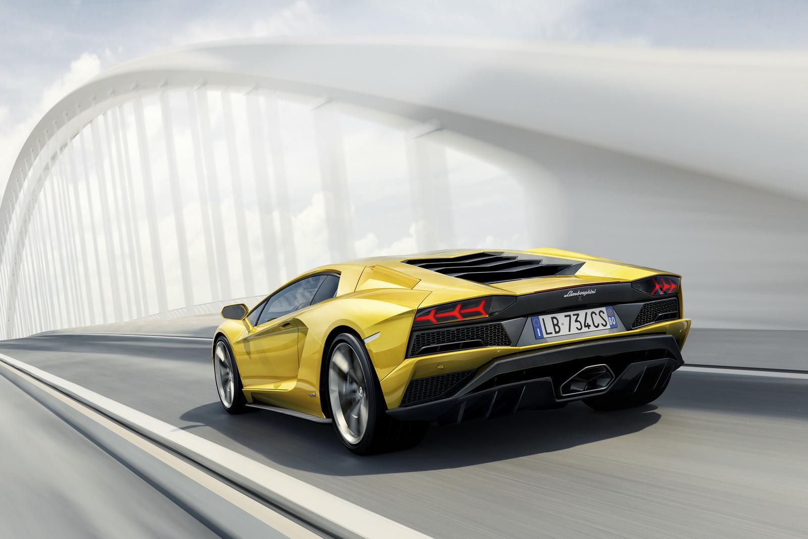 Lamborghini Aventador S em posição 3x4 de traseira