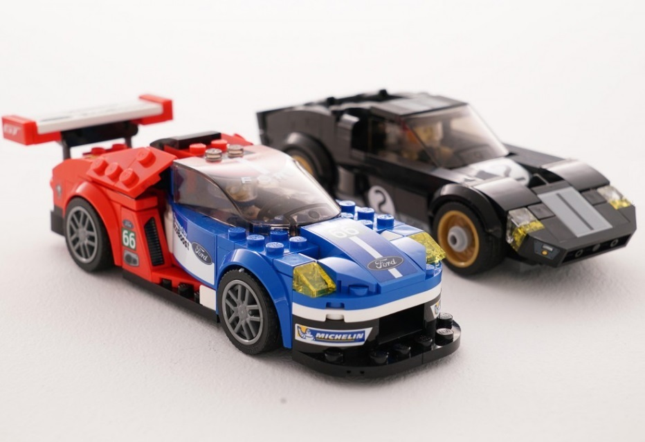 Uma miniatura de Lego do Ford GT40 e GT