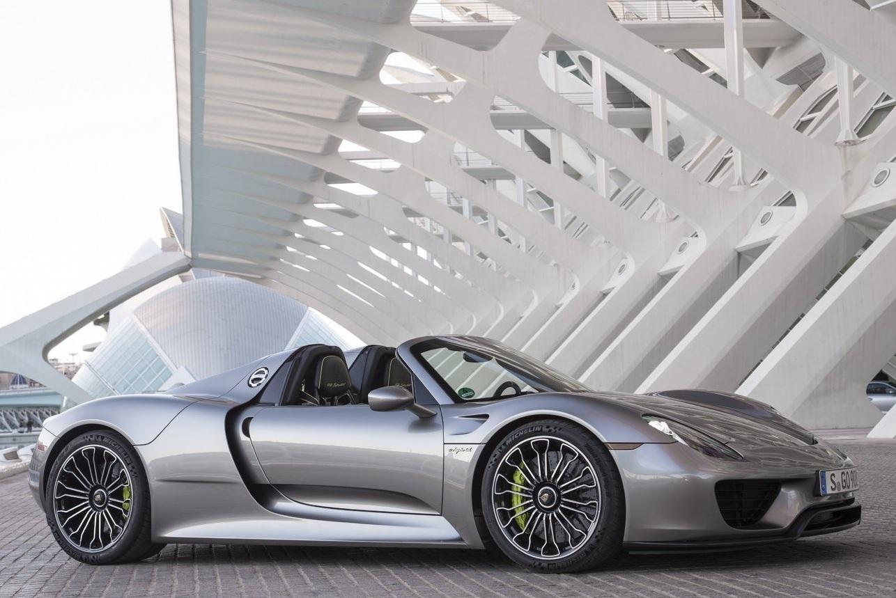 Porsche 918 na cor liquid metal chrome