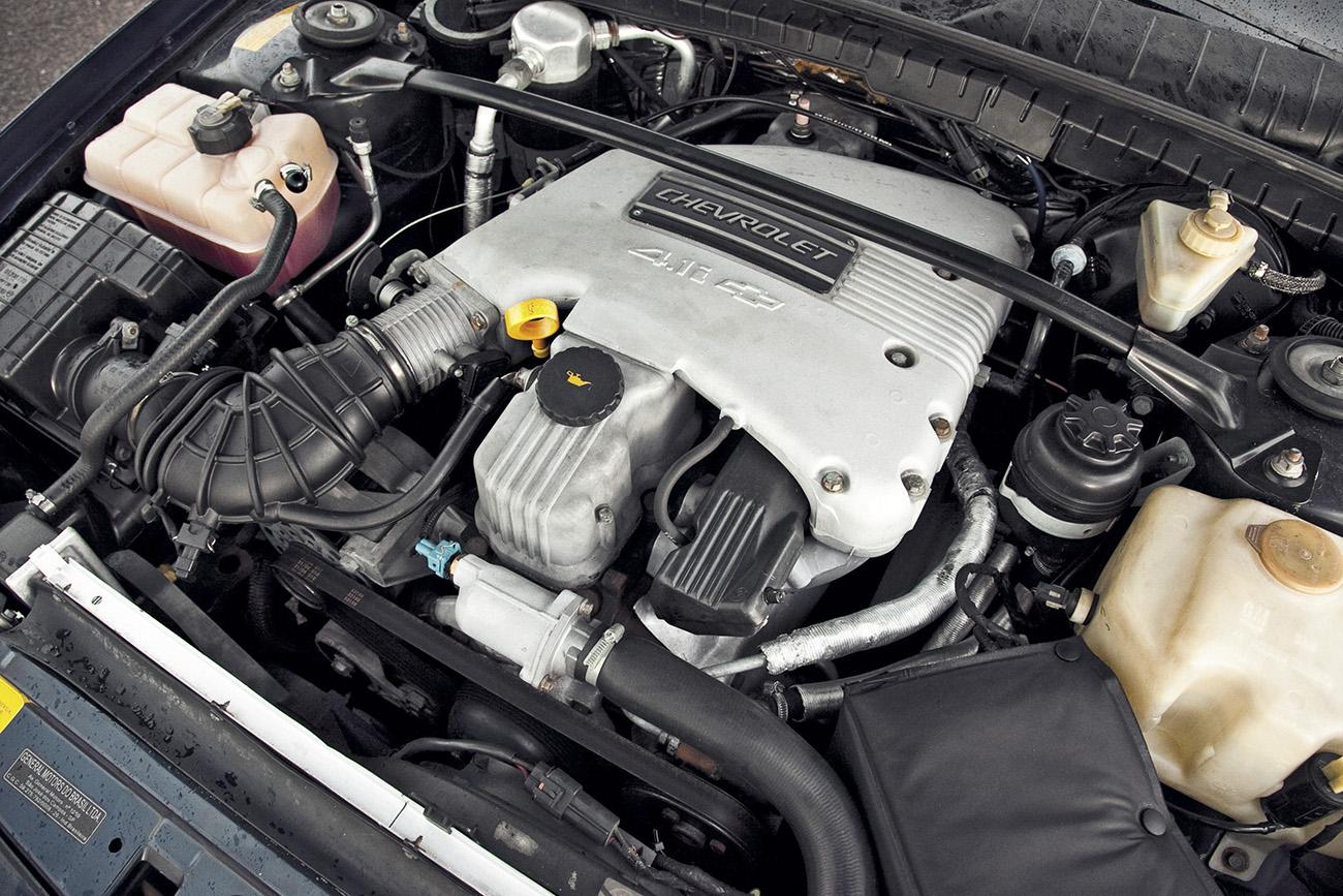 O motor 4.1 de seis cilindros vinha do Opala, mas era afinado pela Lotus