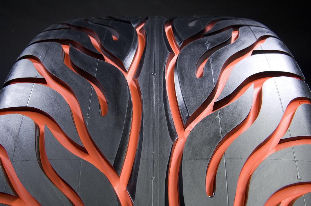 Os pneus são esculpidos em pneus prontos para uso. Porém, privilegiam o design a outros aspectos