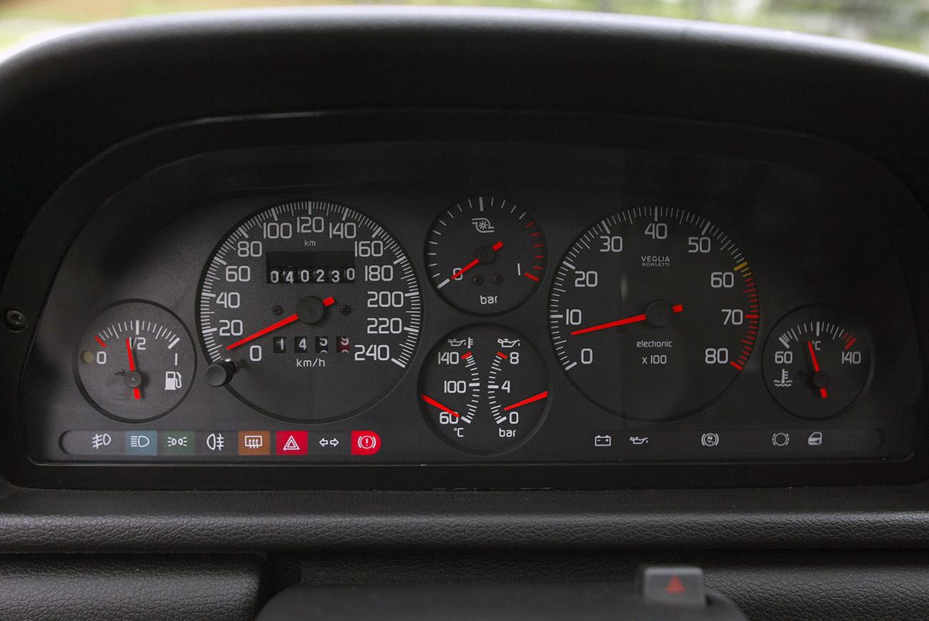 No painel completo, além de pressão do turbo e óleo, velocímetro até os 240 km/h