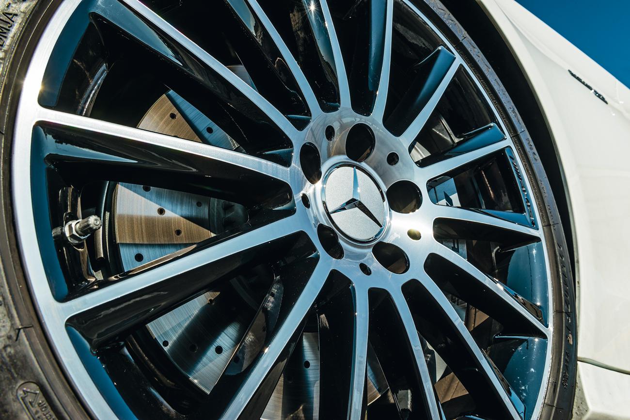 Protegidos pelas rodas aro 19, discos de freio podem ser de cerâmica