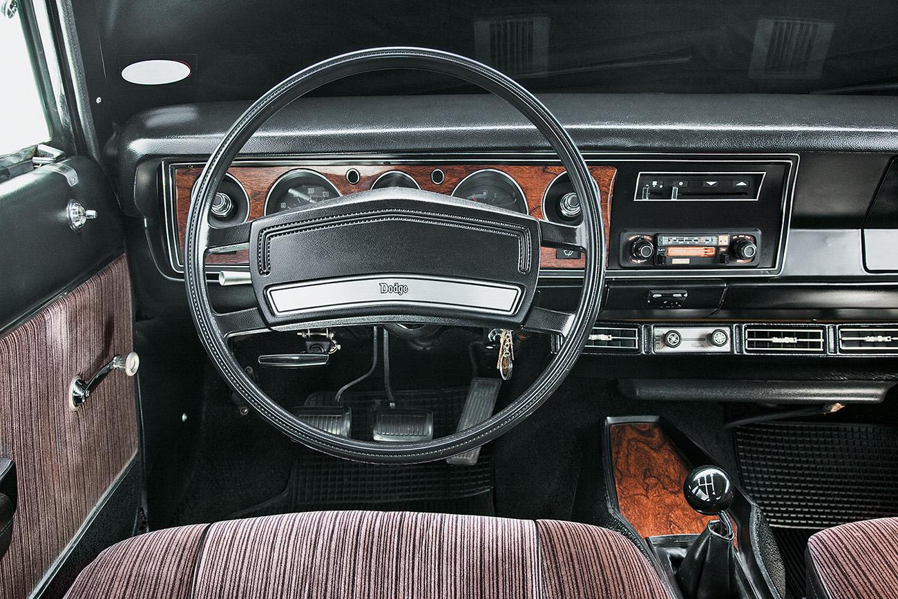 Painel igual ao do Dodge Charger, com opção de câmbio manual ou automático
