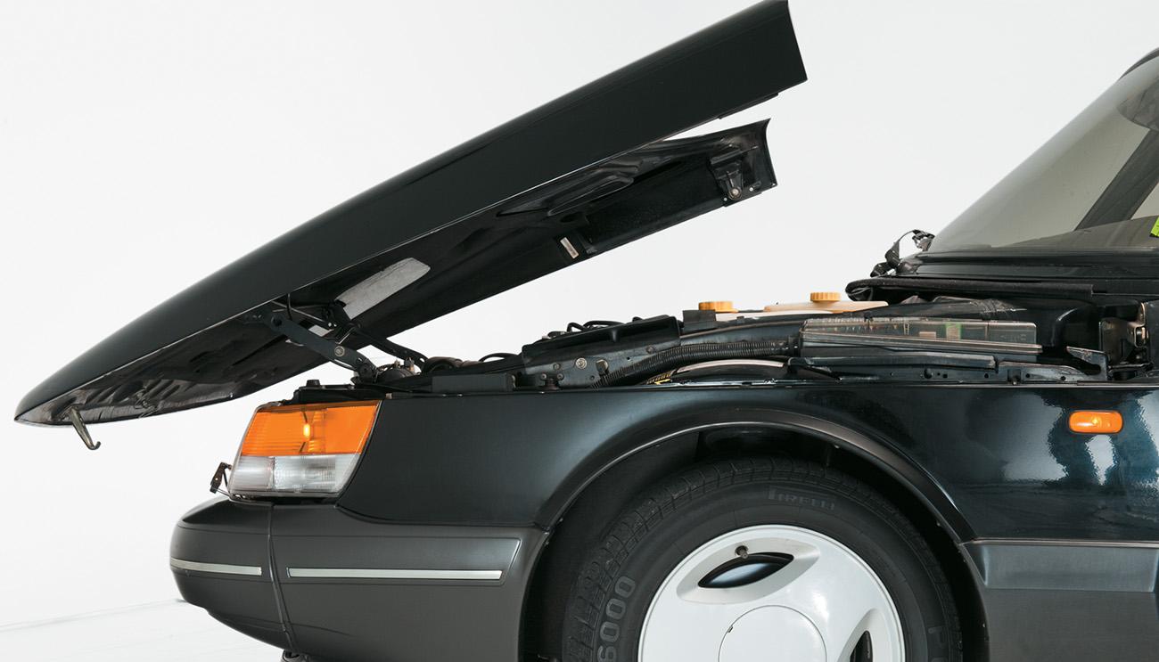 O Saab 900 era diferente até na abertura do capô
