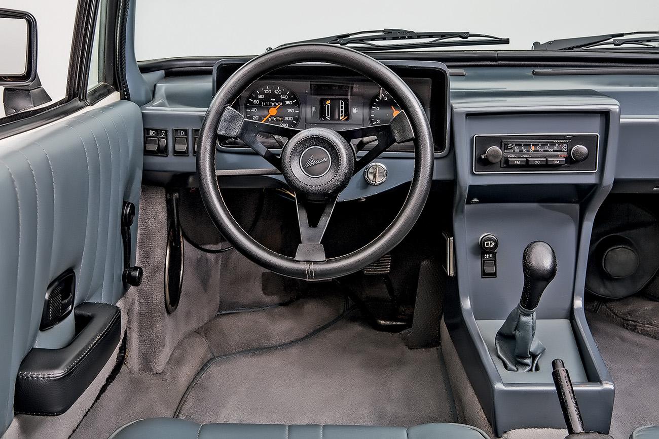 Interior simples, com instrumentos herdados do Escort XR3