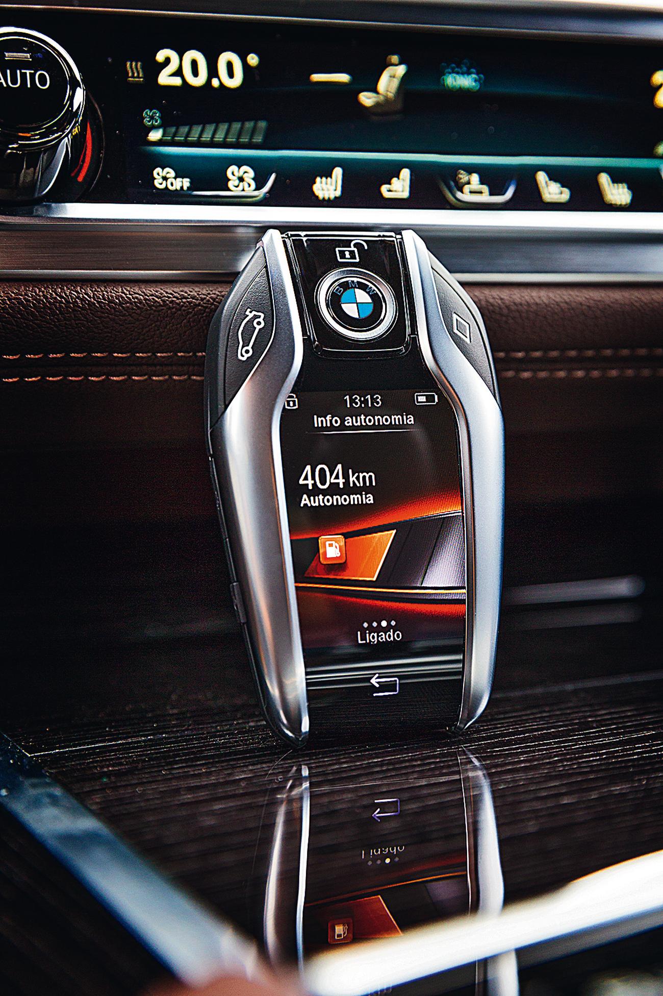 A chave tem tela LCD que informa a autonomia, localização, agenda de serviços, entre outros