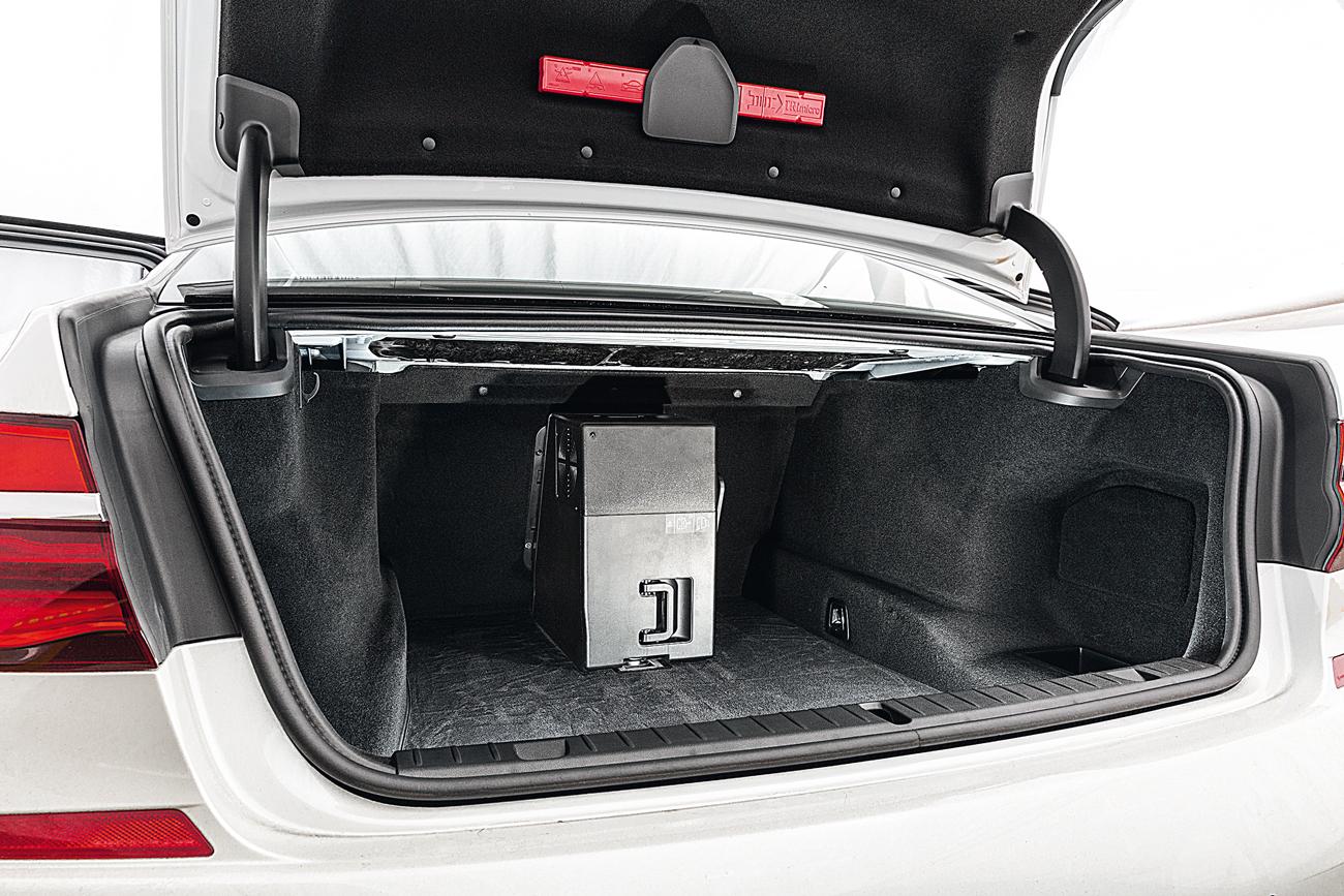 Geladeira pode ser remoida para liberar espaço (50 litros) no porta-malas