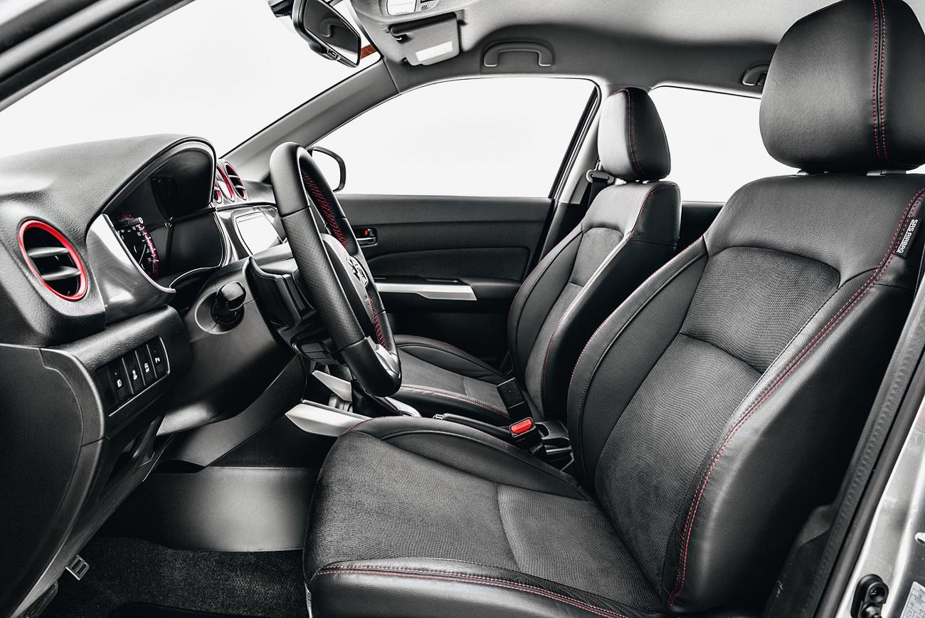 Ao contrário da maioria dos SUVs, posição de dirigir não é alta demais. Bancos têm acabamento em camurça e couro