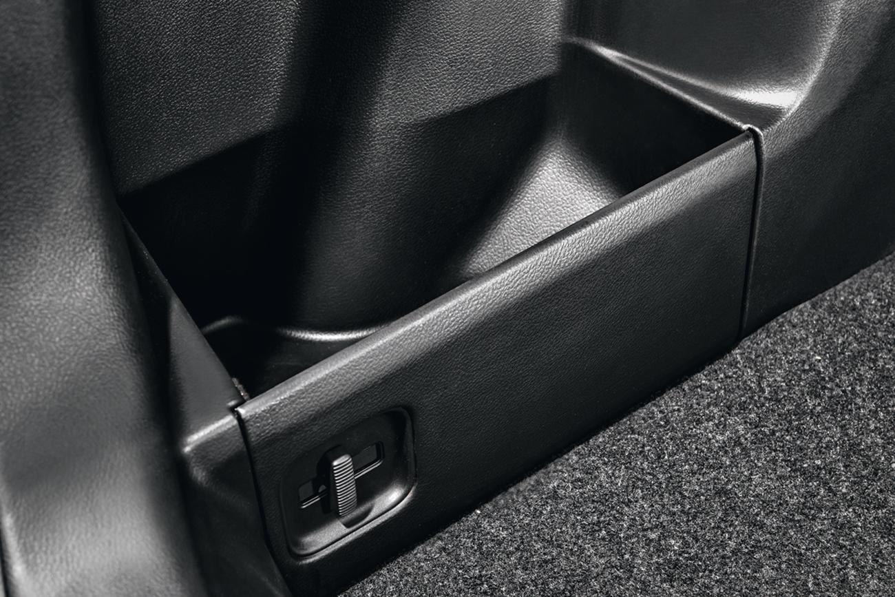 Canaletas removíveis nas laterais modelam o porta-malas conforte o tamanho dos objetos