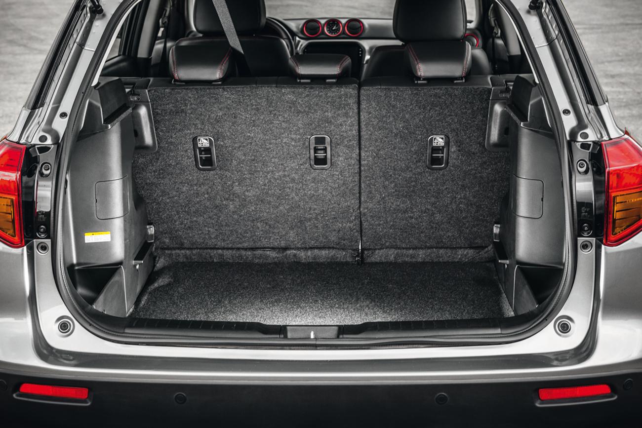 O porta-malas tem capacidade pra transportar até 375 litros