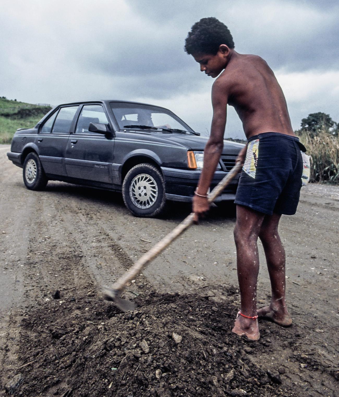 Nas estradas, crianças tapavam buracos em troca de uma gorjeta