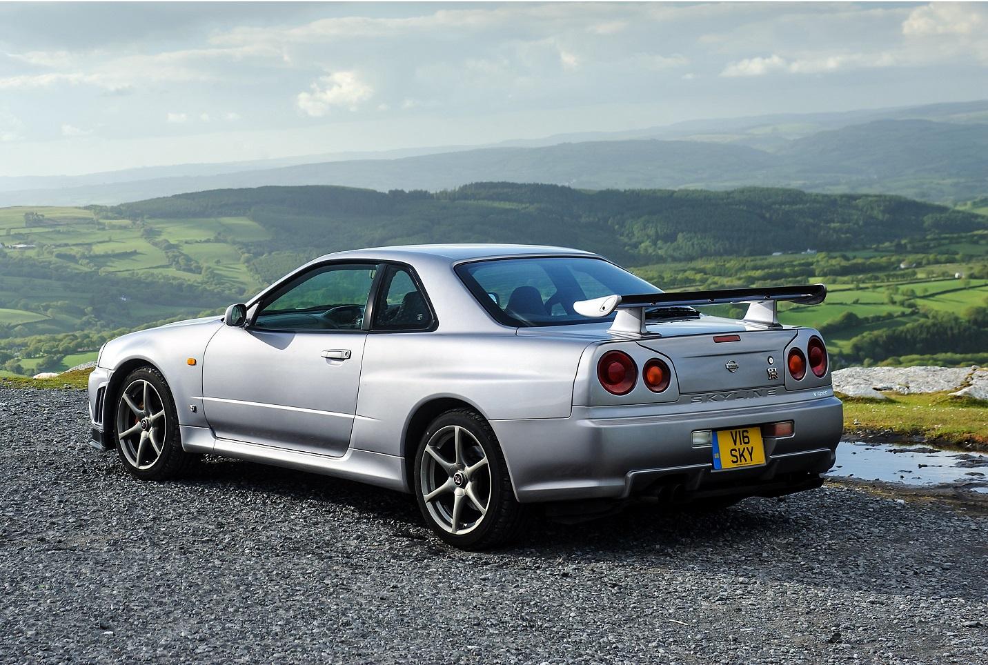 Skyline GT-R (R34) na posição 3x4 de traseira