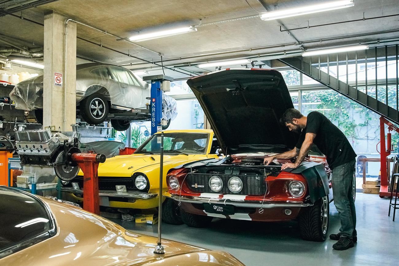 o dono, Tiago Jorge, se orgulha da arquitetura e da clientela: Corvette Split Window, Porsche 911, Maverick e Mustang Shelby